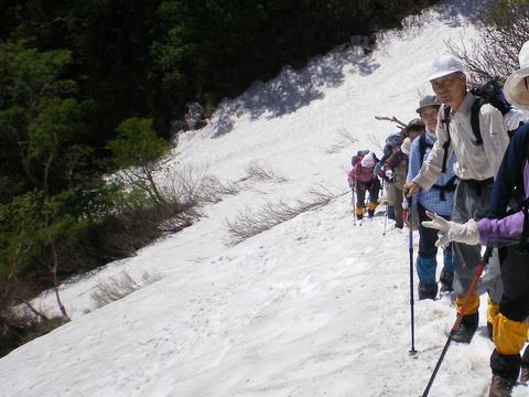 初夏、まだたっぷりの残雪の中を登る