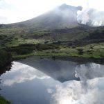 鏡池に映る旭岳