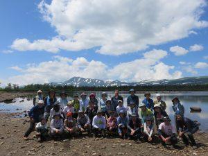 ひぐま大学 第3講座 沼の原07大沼とトムラウシ山を背景に記念写真 2020-07-19